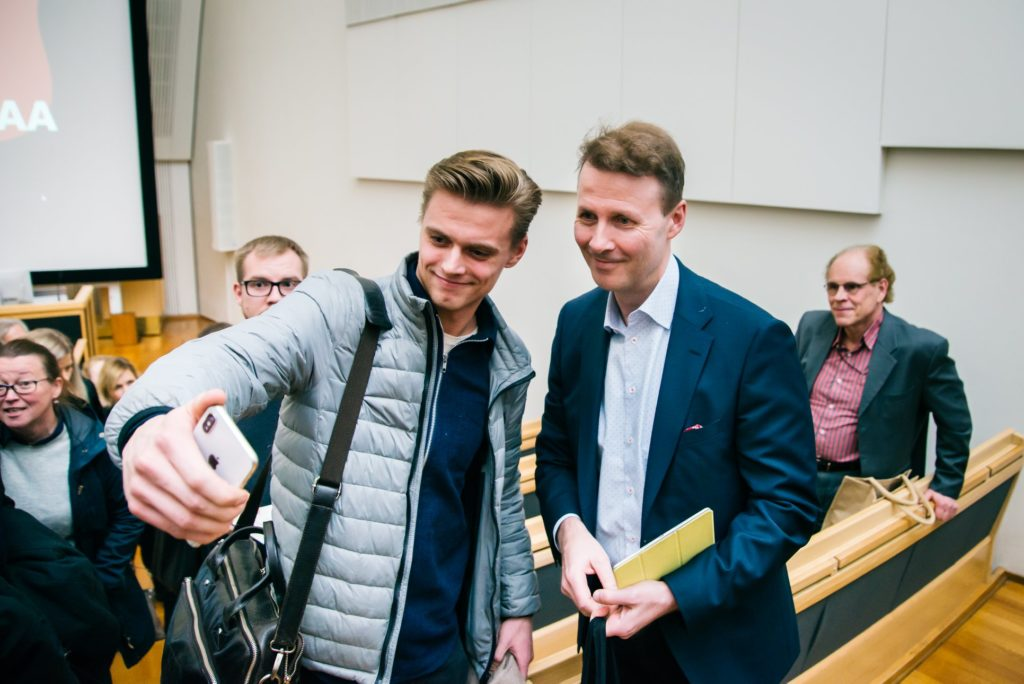Audience member taking a selfie with Risto Siilasmaa